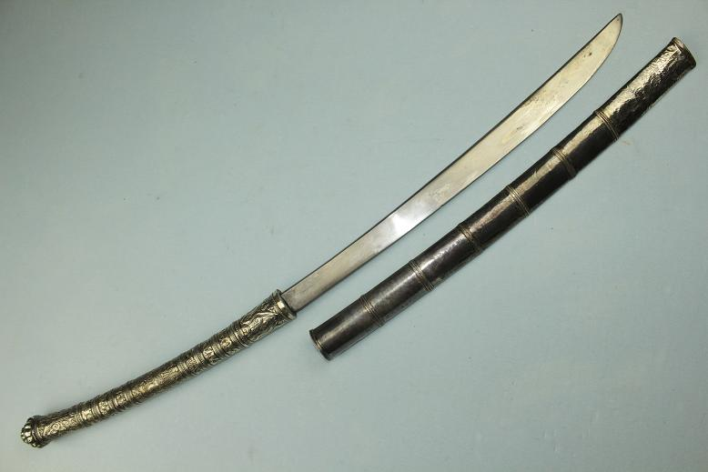 A fine Thai Thailand Siam Siamese sword Repousse silver dress Unusual silver scabbard dragons www.swordsantiqueweapons.com